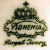 Зелёное подглазурное клеймо Bohemia в картуше под короной с указанием «Royal Ivory» (для костяного фарфора)