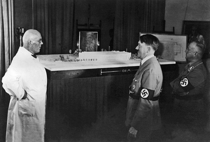 Архитектор Пауль Людвиг Троост с Адольфом Гитлером и гауляйтером Верхней Баварии и Мюнхена Адольфом Вагнером